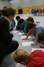 Arleen Löwa hat die Kinder beim Ausfüllen der Fragebögen voll im Griff