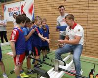 Europa- und Weltmeister Marcus Gross (Abitur 2010 bei uns an der Flatow-Oberschule) scherzt mit Kindern auf der Talentiade in Köpenick